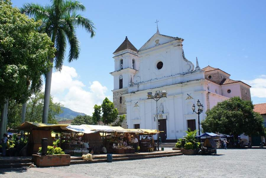 Entra a la iglesia de Jesús Nazareno en Santa Fe de Antioquia, de estilo neoclásico