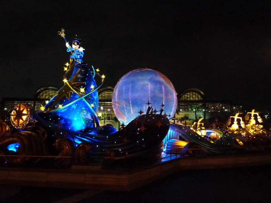 El parque temático Tokyo Disneyland está cerca de Tokio