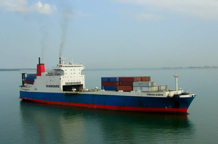 Un barco en las aguas de Santo Tomás de Castilla