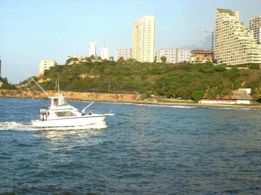 En Catia La Mar hay varios clubs de playa e instalaciones para actividades acuáticas