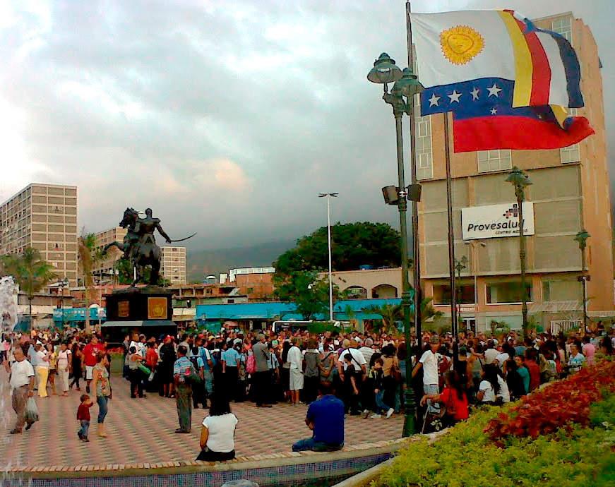 Plaza Mayor y monumento ecuestre de Simón Bolívar en Catia La Mar