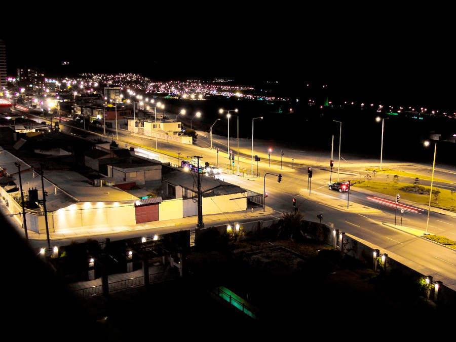 Vista nocturna de la parte sur de Antofagasta