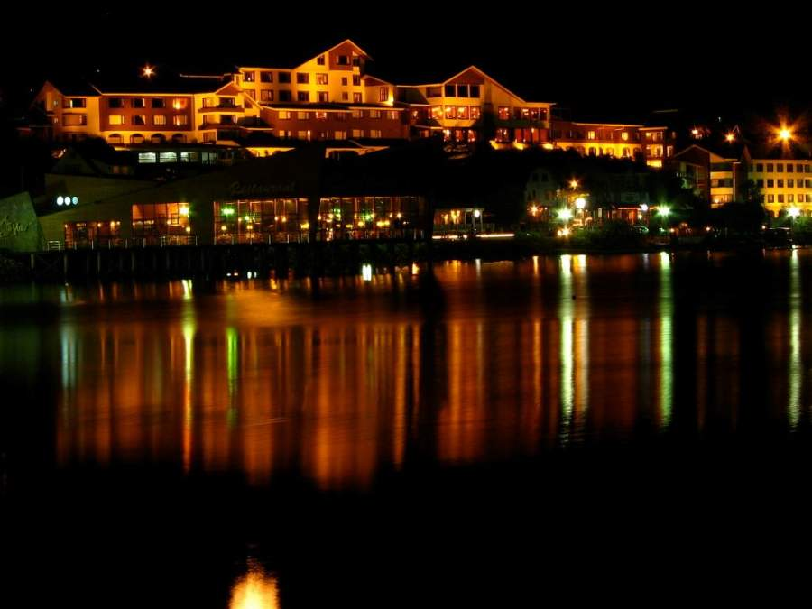 Vista nocturna de Puerto Varas y el lago Llanquihue
