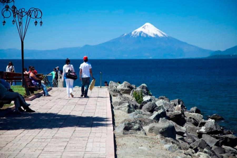 Costanera en la ribera del lago Llanquihue, el segundo más grande de Chile