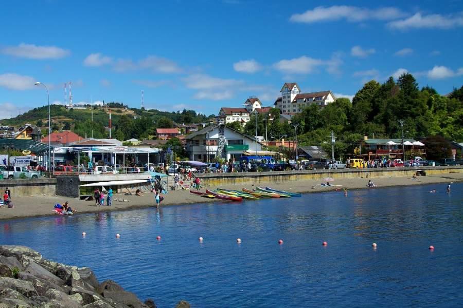 Puerto Varas se localiza en la ribera del lago Llanquihue