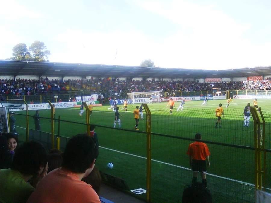 Presencia un juego de fútbol en el Estadio Municipal Rubén Marcos Peralta en Osorno