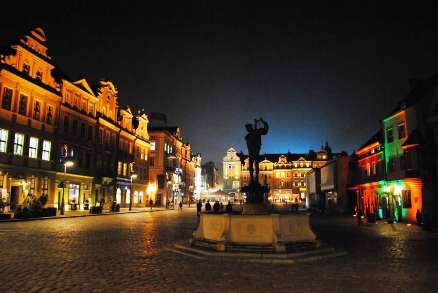 Vista nocturna de la ciudad de Posnania en Polonia