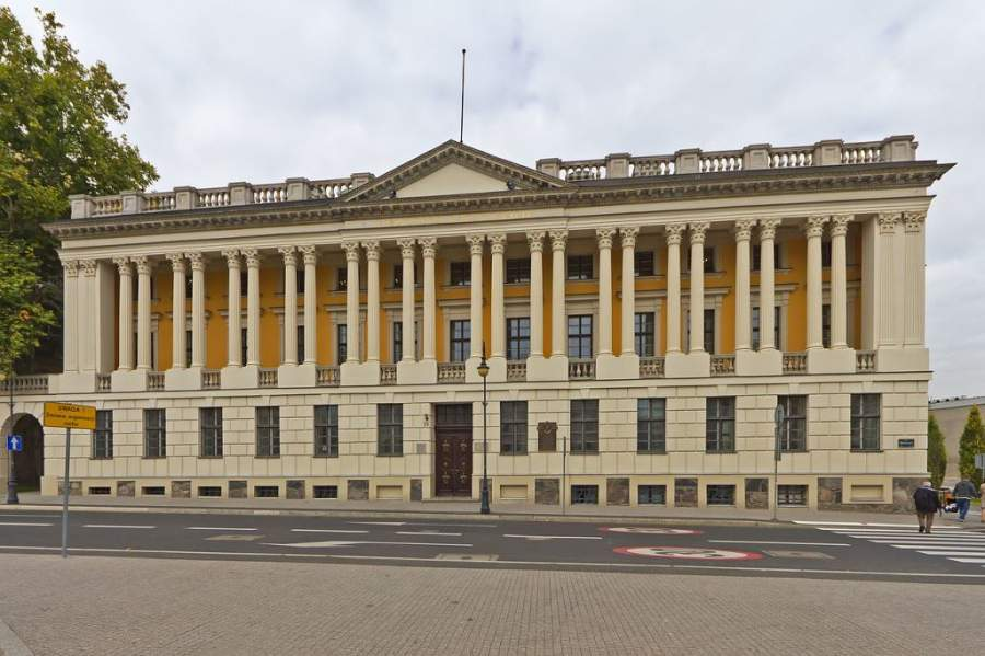 Biblioteca Raczynski con reminiscencias a la fachada oriental del Louvre
