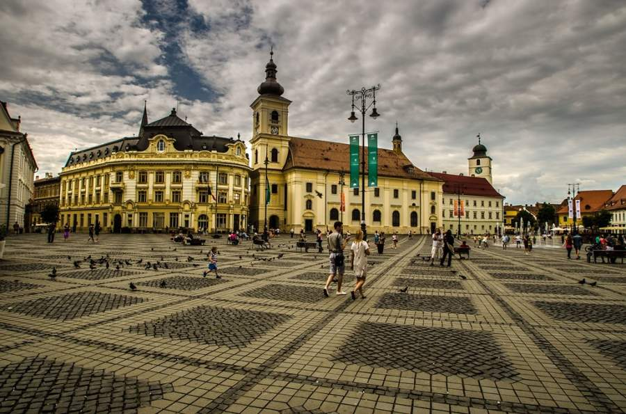 Iglesia católica romana en la Plaza Mayor de Sibiu