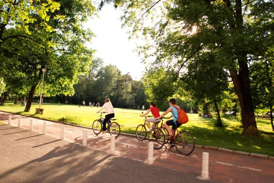Ciclistas en el Parque Sub Arini en Sibiu