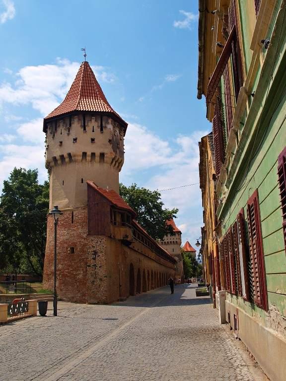 Admira los restos de las murallas medievales que todavía se conservan en Sibiu