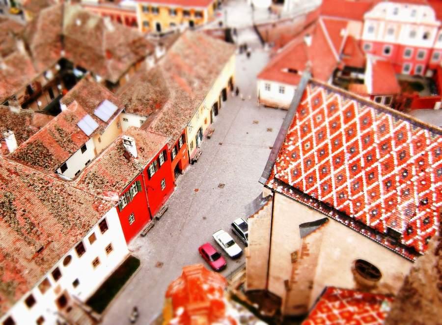 Camina por las calles de Sibiu y admira sus edificios con techos de dos aguas