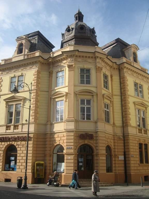 Contempla los edificios antiguos en el centro histórico de Sibiu