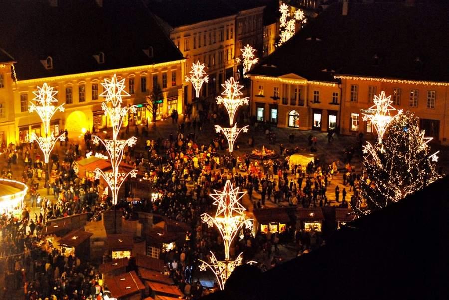 Vista nocturna en la época navideña de una plaza en Sibiu