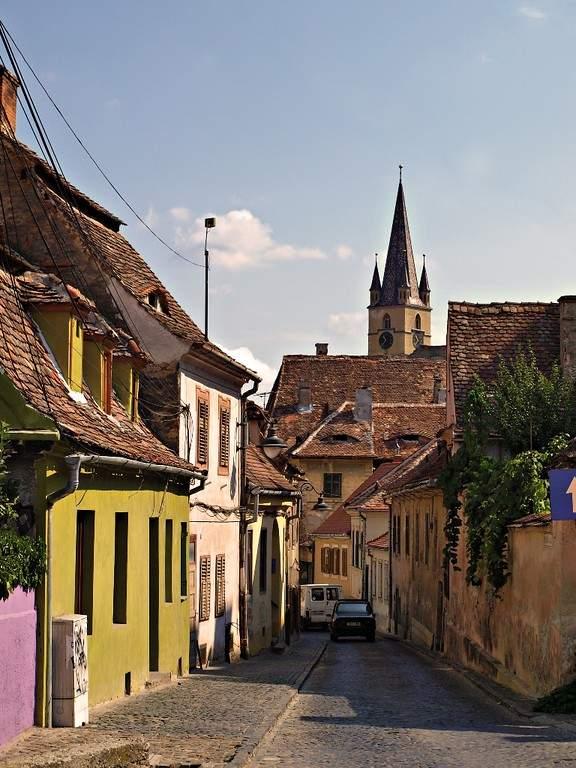 El diseño urbano de Sibiu incluye calles estrechas y empedradas