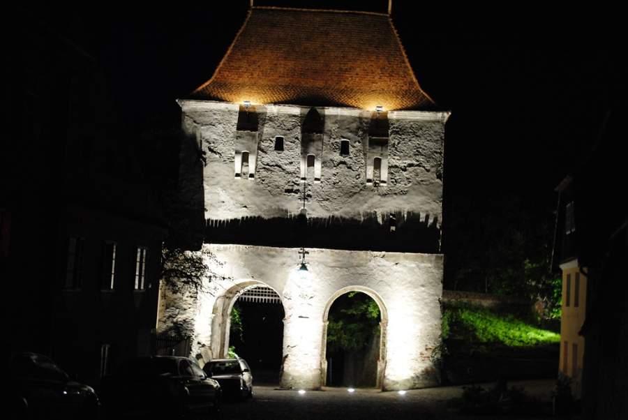 Paisaje nocturno de una torre medieval en Sighisoara