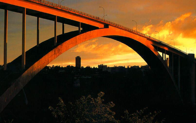 Atardecer en el Puente de la Amistad que une a Ciudad del Este con Foz de Iguazú