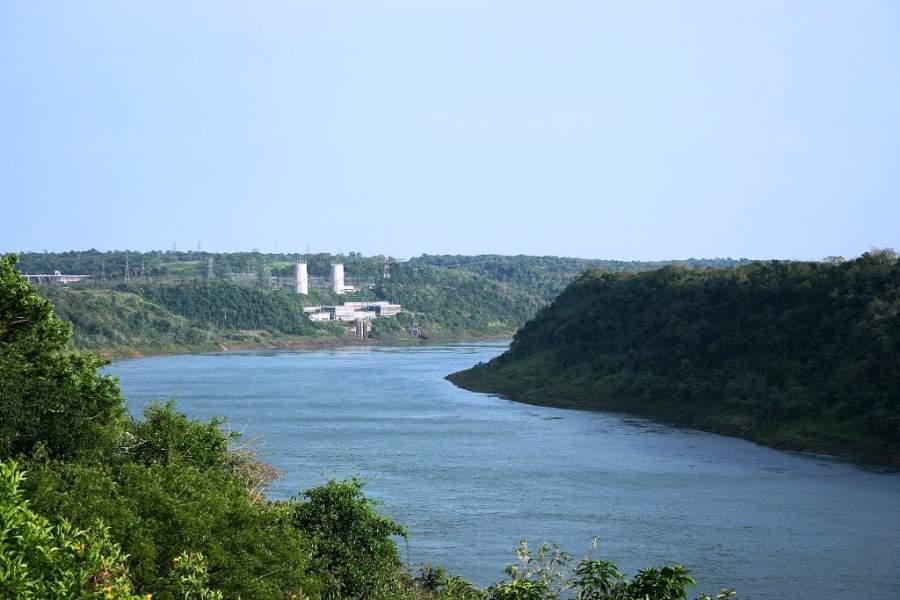 El río Paraná divide a Ciudad del Este de Brasil