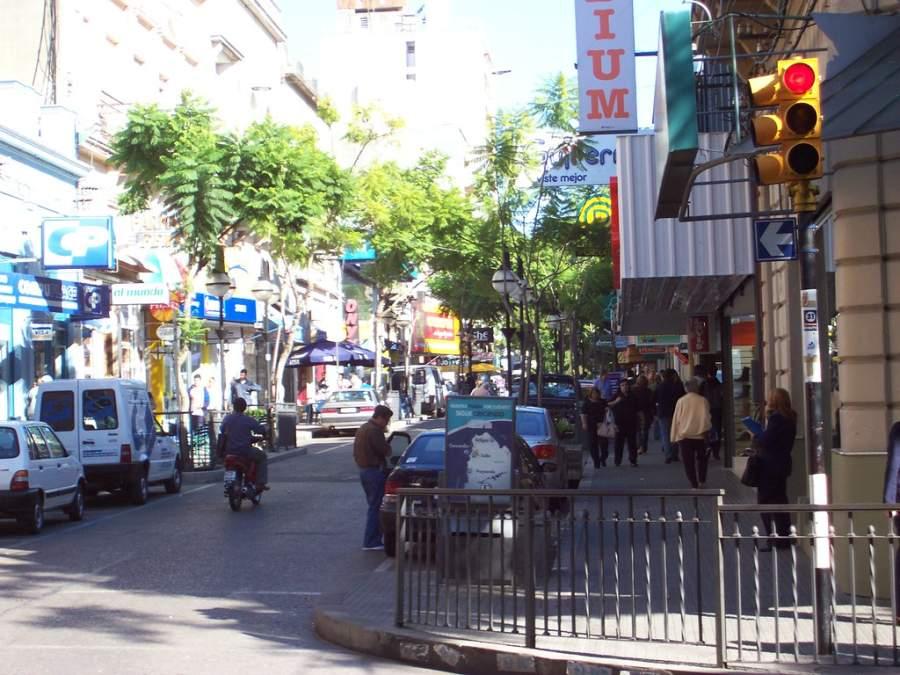 Camina por una de las calles típicas de Salto