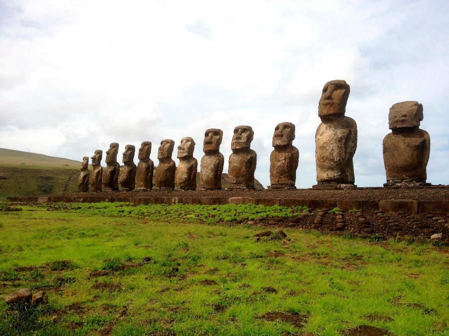Las moái son enormes estatuas de piedra monolítica