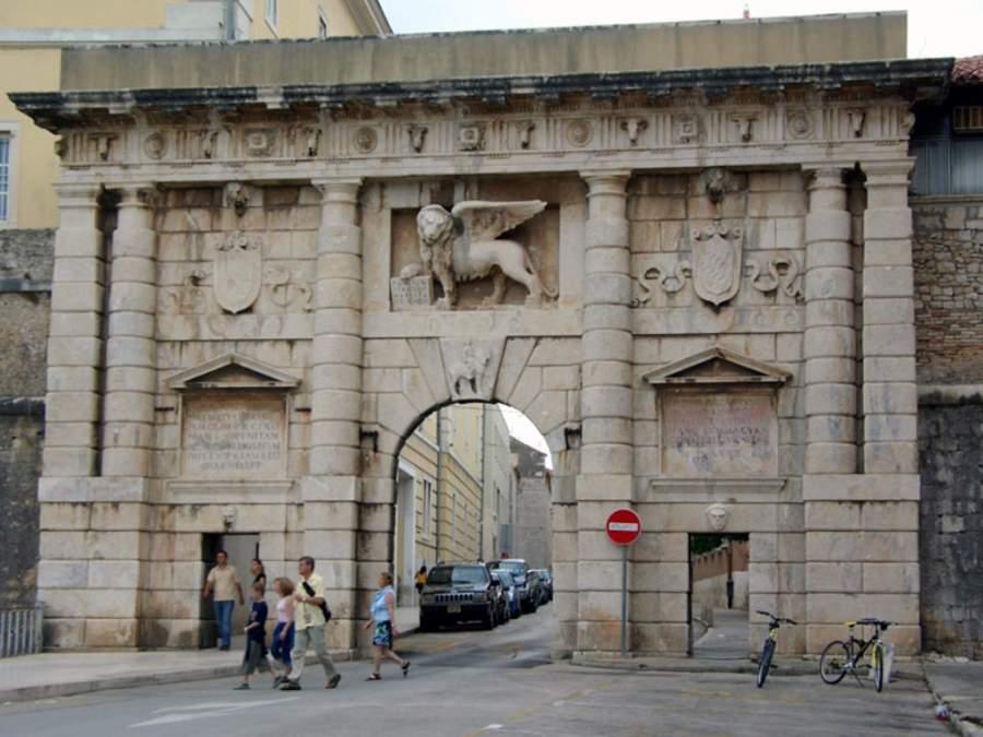 La afamada Puerta de Tierra en Zadar que lleva al centro histórico