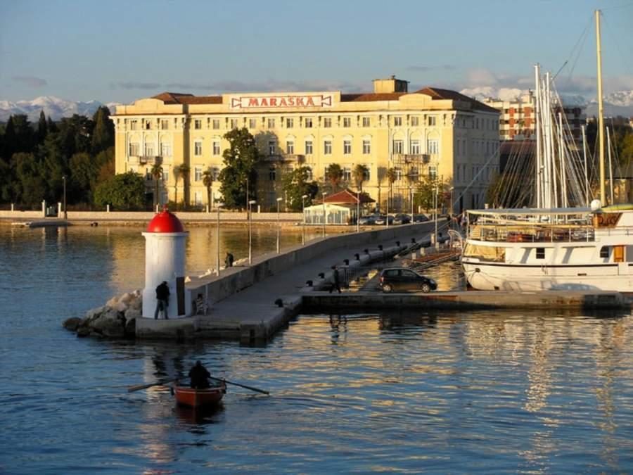 El edificio Maraska visto desde el centro histórico de Zadar