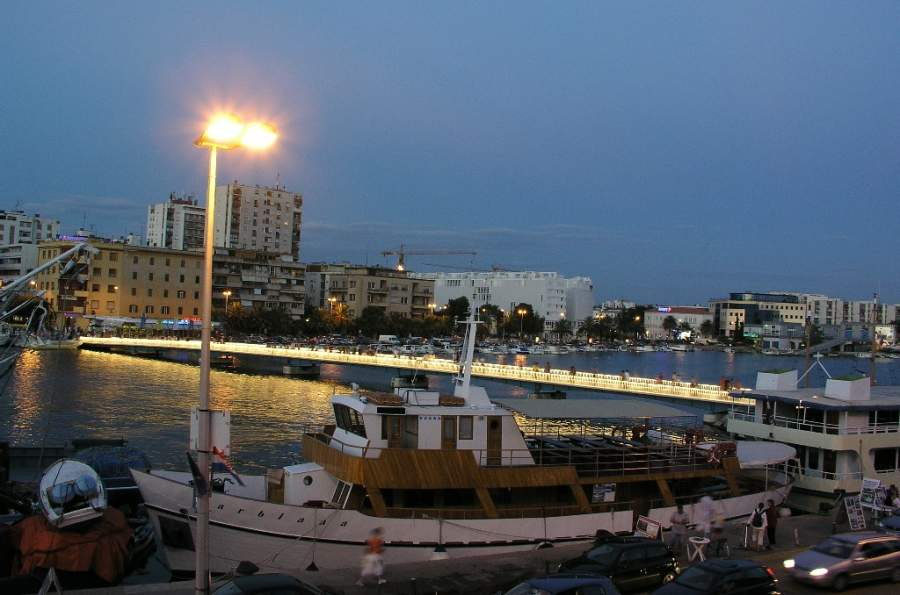 Puente peatonal en el puerto de Zadar