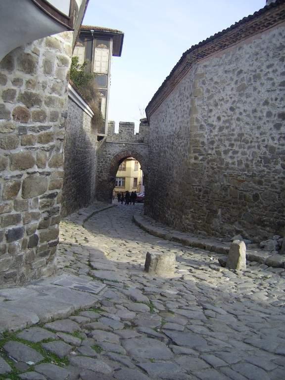 Calle de estilo medieval en la ciudad de Plovdiv