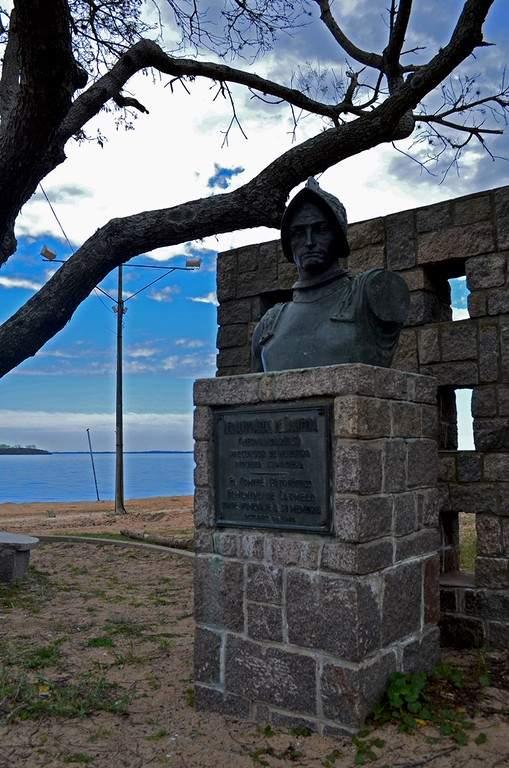 Monumento al conquistador Hernando Arias de Saavedra en Carmelo