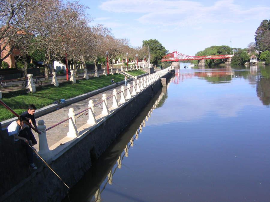Sendero a un costado del Puente Giratorio en Carmelo