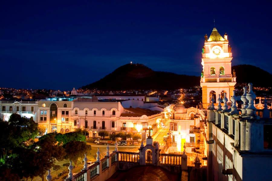 Vista nocturna de la catedral en la ciudad de Sucre