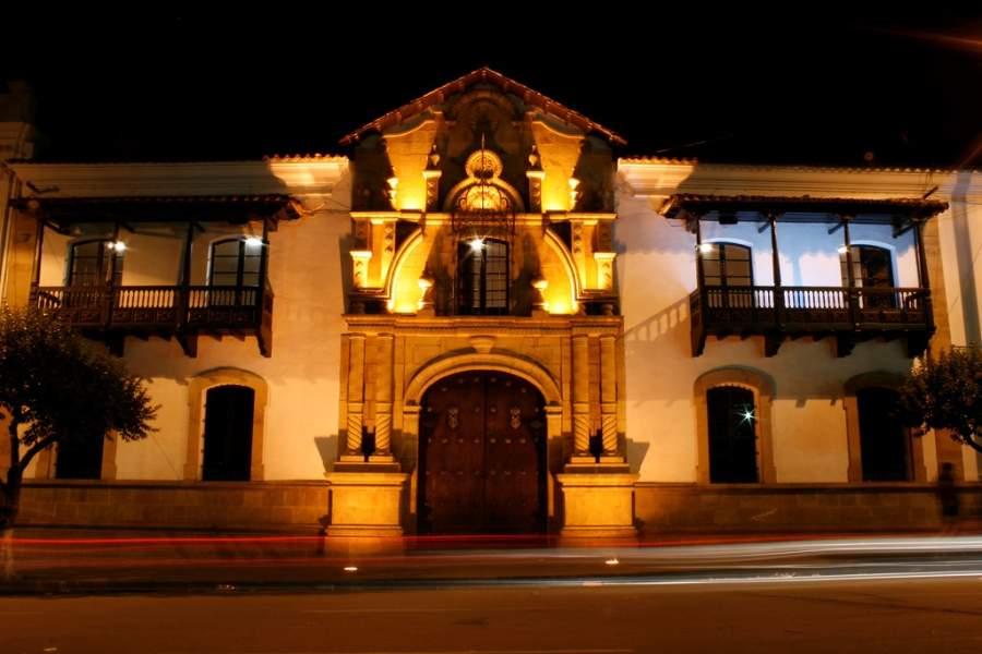 Fachada de la Casa de la Libertad en Sucre de noche
