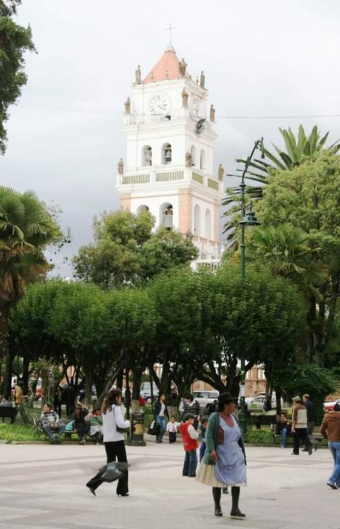 Camina por la Plaza de Armas en Sucre