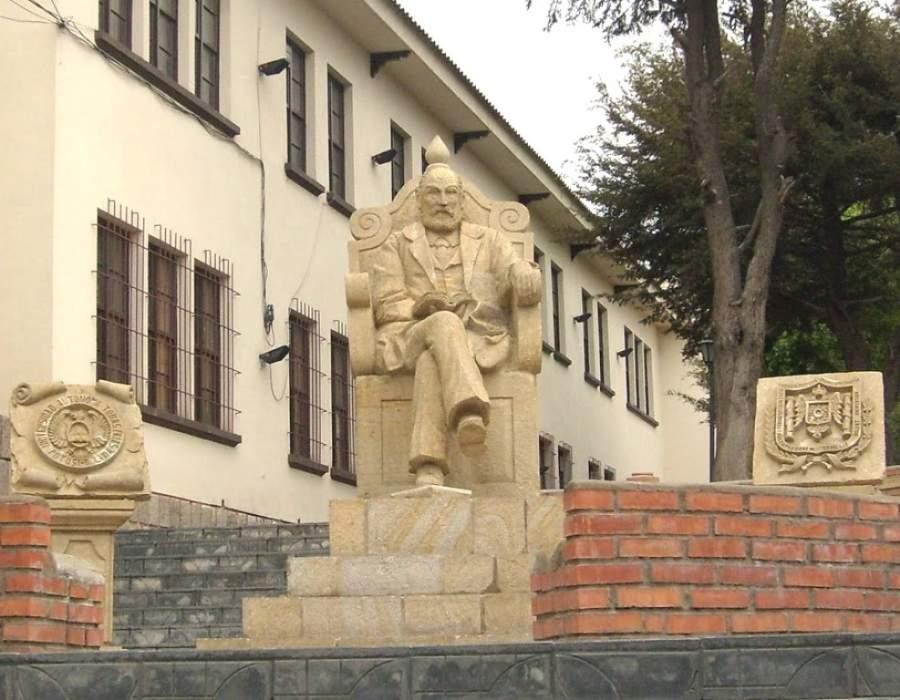 Estatua de Tomás Frías Ametller en la Universidad Tomás Frías