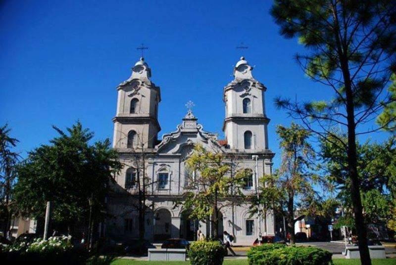 La Parroquia de Nuestra Señora del Pilar se ubica en el centro histórico