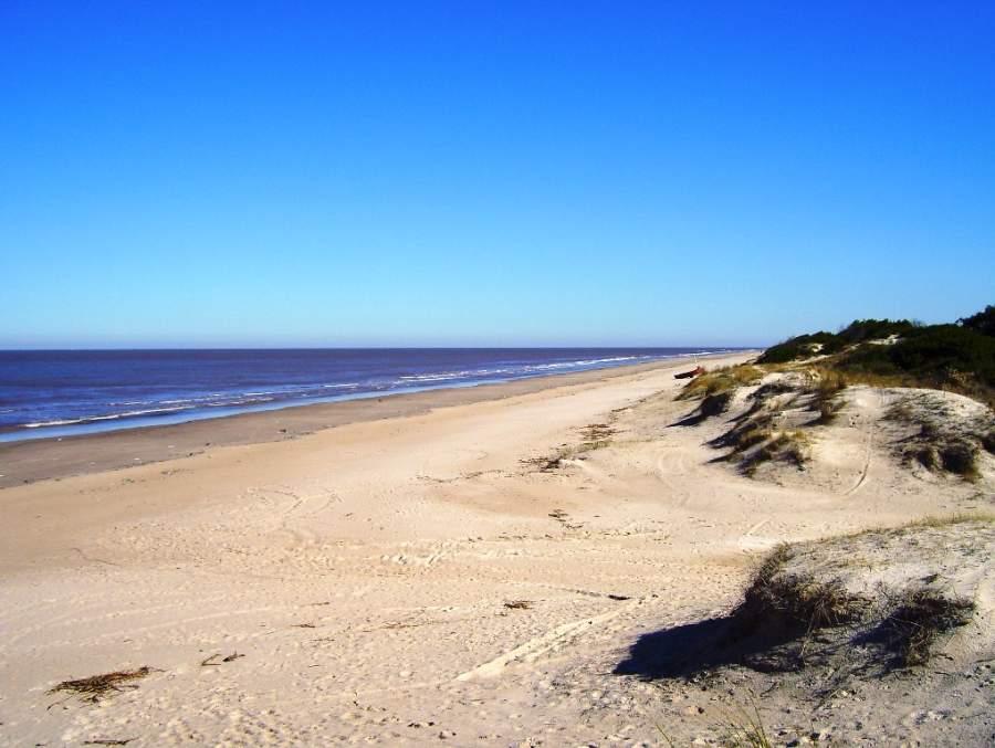 La Ciudad de la Costa se compone de una playa larga que se divide en varios sectores