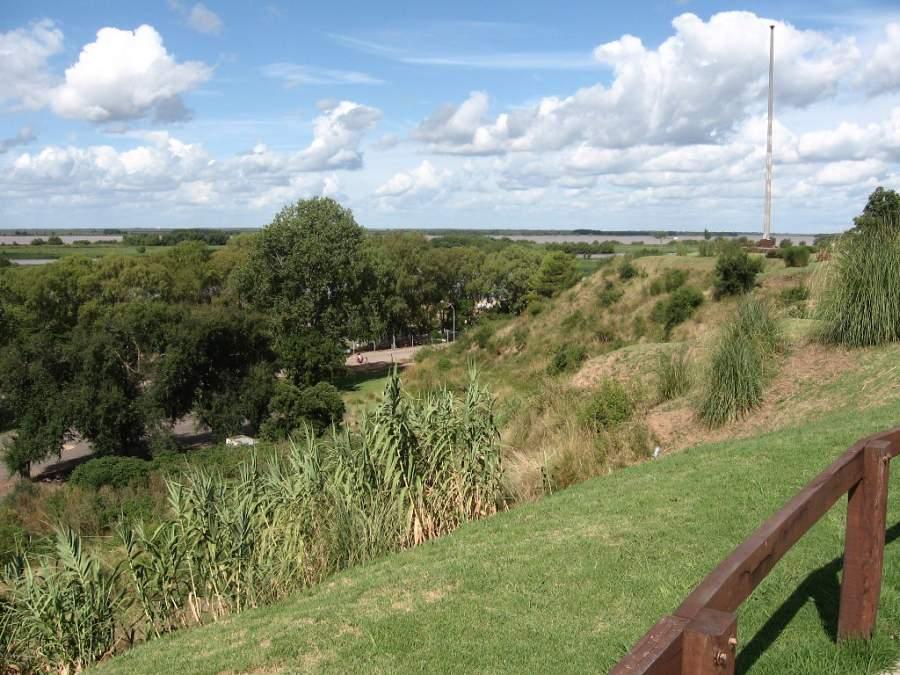 Vista de los campos y el río desde San Pedro
