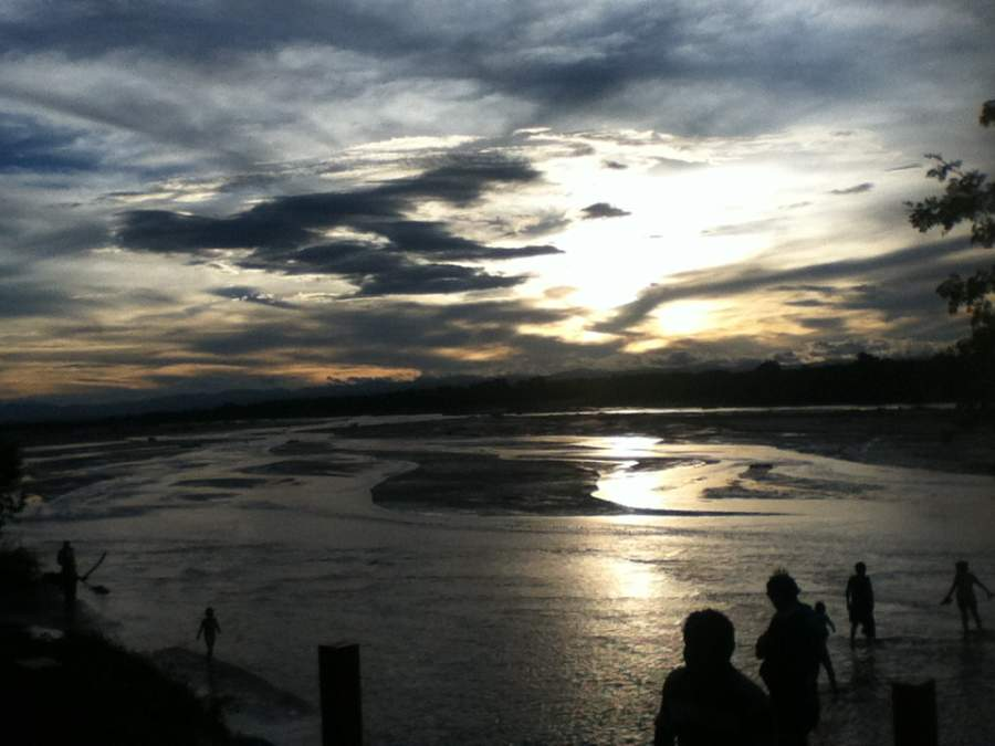 La gente de Santa Cruz de la Sierra suele refrescarse en las aguas del río Piraí