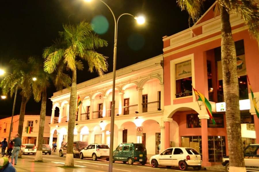 Vista nocturna de los edificios alrededor de la plaza principal de Santa Cruz de la Sierra
