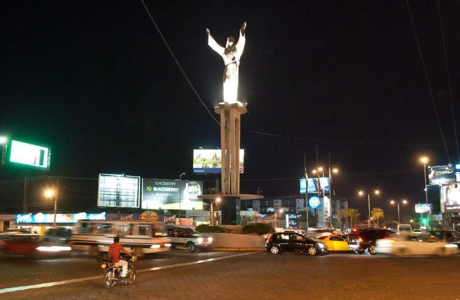 Monumento del Cristo Redentor por la noche en Santa Cruz de la Sierra