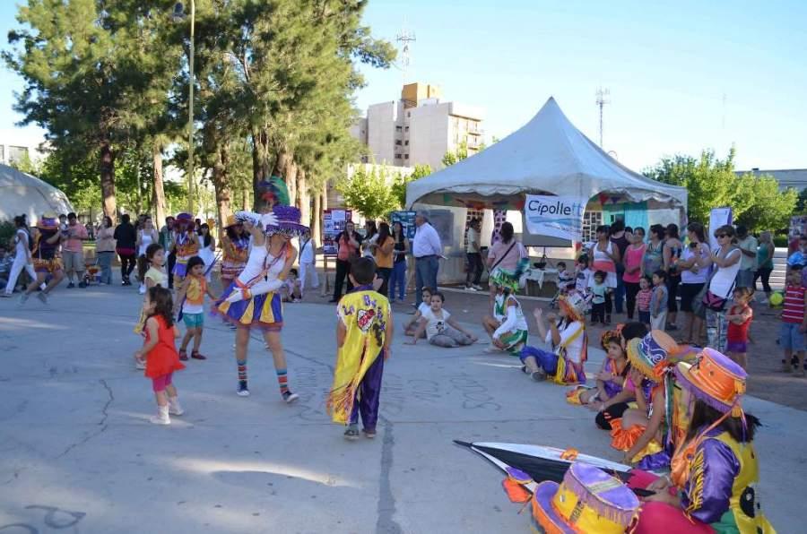 Evento cultural en una plaza en Cipolletti