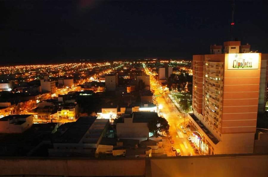 Vista nocturna de la ciudad de Cipolletti