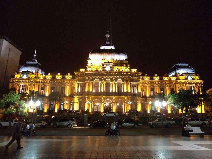 Iluminación nocturna de la Casa de Gobierno de Tucumán