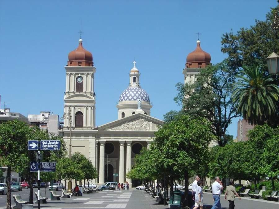 Vista de la Catedral de Tucumán desde la Plaza Independencia
