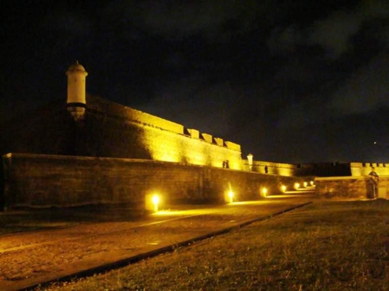 Vista nocturna de la Fortaleza São José de Macapá