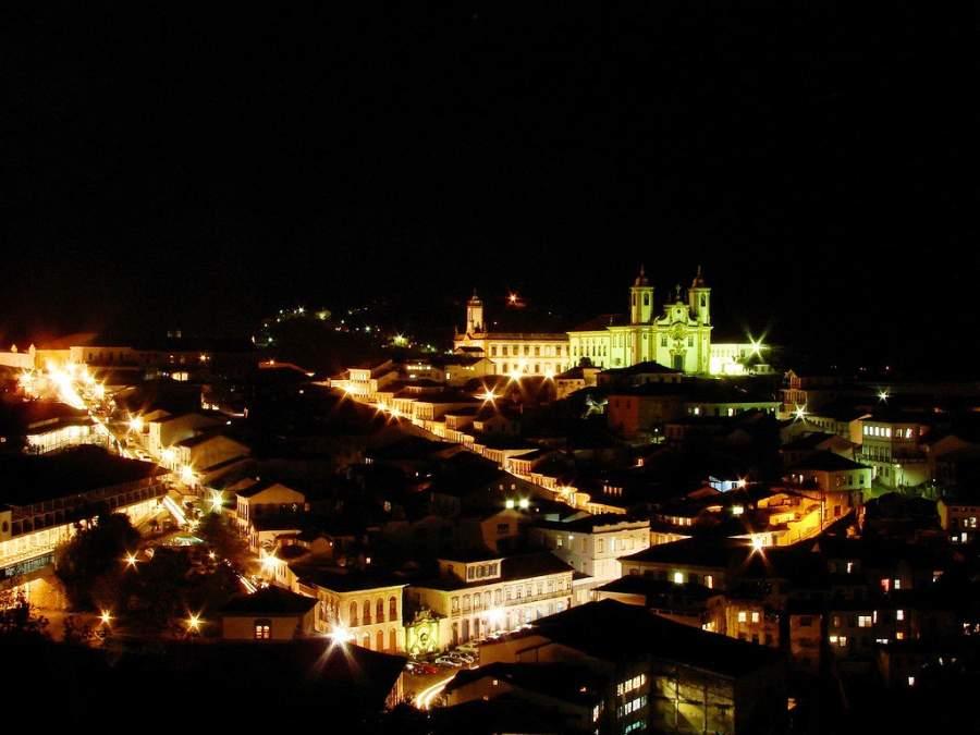 Vista nocturna de la ciudad