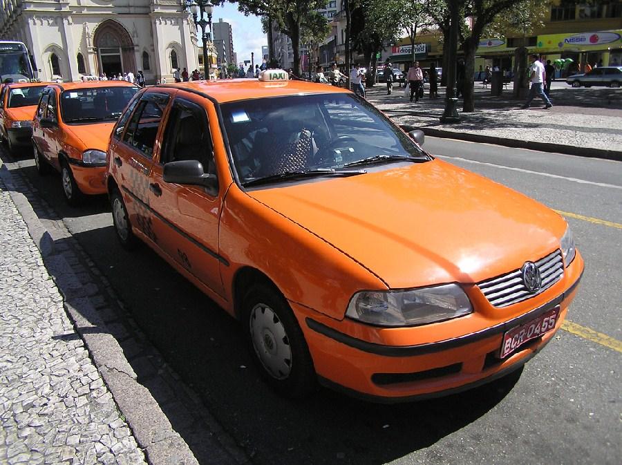 Taxis color naranja de Curitiba