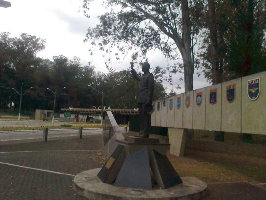 Estatua de Casimiro Montenegro Filho en São José dos Campos