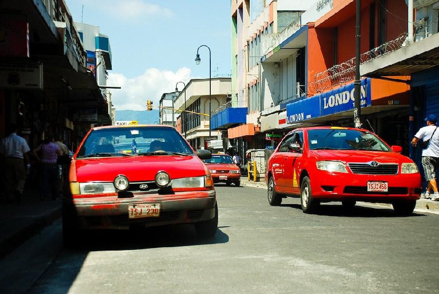 Típicos taxis rojos de la ciudad
