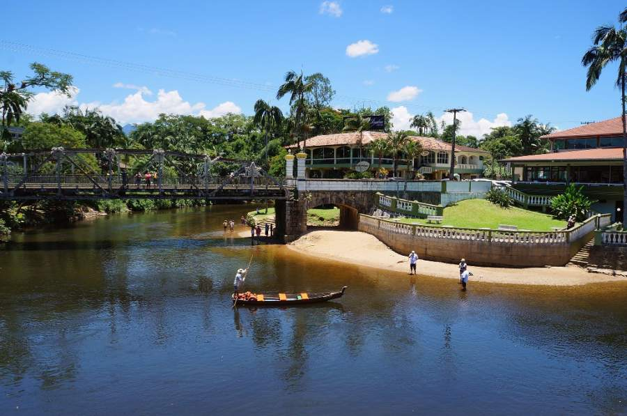 Puente y playa fluvial en el río Nhundiaquara